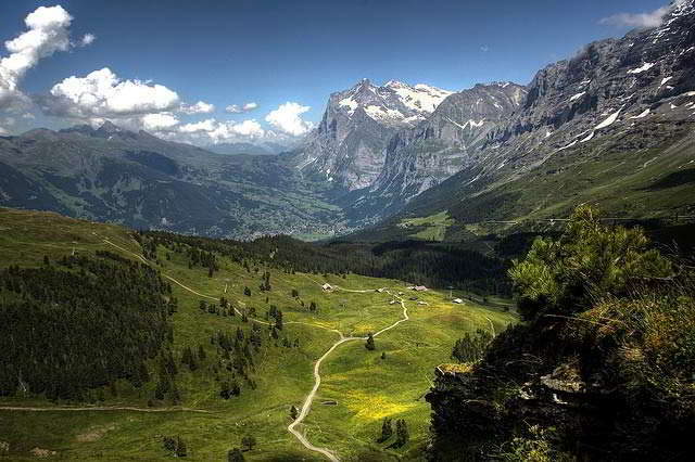 Kleine Scheidegg hiking tra The Swiss Dichotomy | CSR Around The World